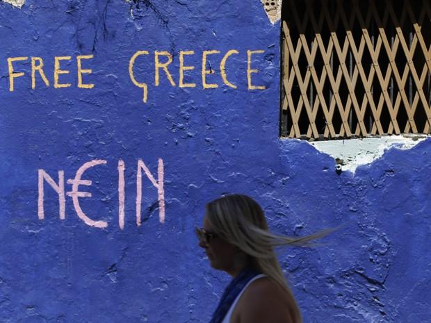 Graffiti pede libertação da Grécia em rua de Atenas (Foto: AP Photo/Thanassis Stavrakis)