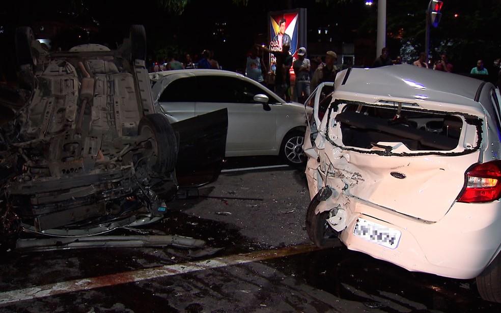 Carros ficaram destruídos após o acidente na Avenida Juracy Magalhães (Foto: Reprodução/TV Bahia)