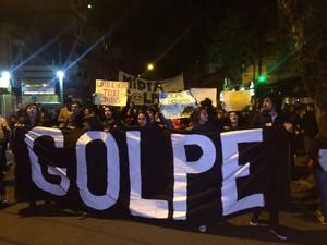 Após manifestação na frente da sede do PMDB, grupo participou de caminhada (Foto: Fábio Almeida/RBS TV)