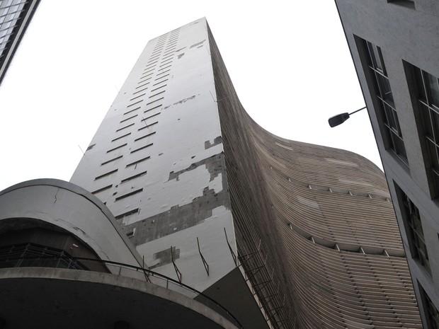 Parte de rua em frente ao edifício Copan, no Centro de São Paulo, é interditada nesta segunda-feira (22), devido à queda de pastilhas da fachada do prédio. (Foto: J. Duran Machfee/Futura Press/Estadão Conteúdo)