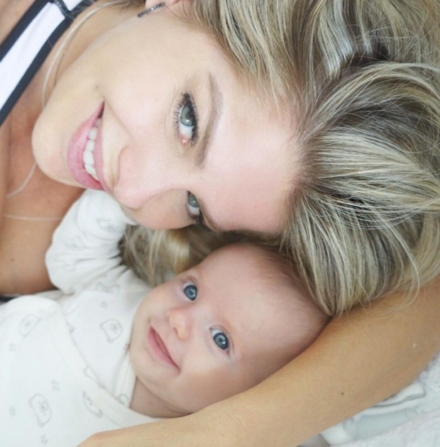 Karina Bacchi e o filho (Foto: Reprodução / Instagram)