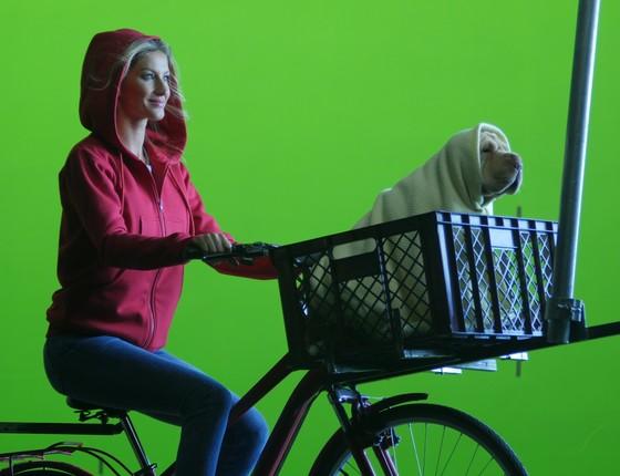 Gisele revive clássina cena de ET em novo comercial de TV (Foto: Divulgação)