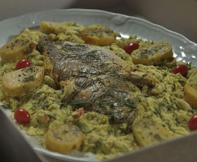 Marizete envia ameaça em forme de peixe assado (Foto: TV Globo)