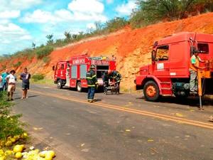 Bombeiros fazem trabalho de retirada do corpo da vítima (Foto: Divulgação/ Corpo de Bombeiros)