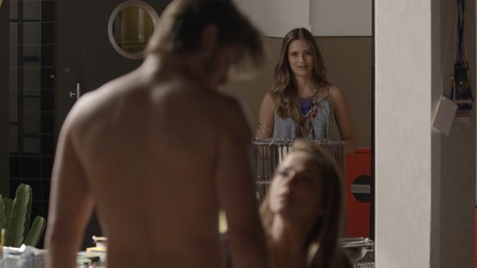 Cassandra flagra Lili na cama de Rafael (Foto: TV Globo)