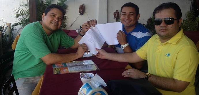Vereador Renato Martins, ao lado do assessor e do seu advogado Lucas Oliveira (Foto: Divulgação)