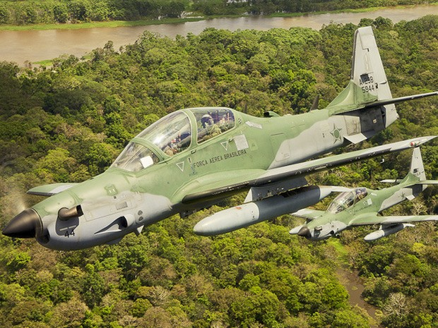 FAB usa dois caças Super Tucano para destruir pista clandestina em Roraima (Foto: Divulgação/FAB)