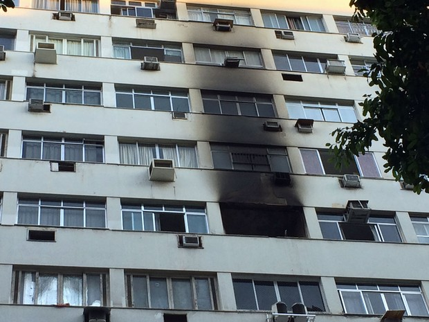Fachada do prédio ficou com marcas do incêndio (Foto: Daniel Silveira / G1)