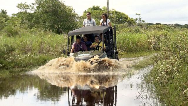 Carro tentando passar por trilha molhada em Ilha Comprida (Foto: Reprodução/TV Tribuna)