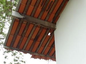 Telha supostamente afastada por causa de tremor no Agreste de PE (Foto: Paula Cavalcante/ G1)