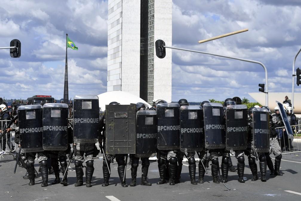Manifestantes entram em choque com a polícia durante protesto contra o governo do presidente Michel Temer, em Brasília (Foto: Mateus Bonomi/AFP)
