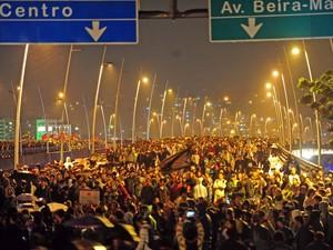 Pontes Pedro Ivo e Colombo Machado Salles são tomadas por manifestantes na capital de SC (Foto: Charles Guerra/Agência RBS)