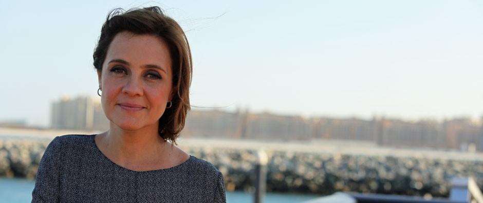 Gravando em Dubai, Adriana Esteves faz sucesso por causa de Carminha (Isabella Pinheiro/Gshow)