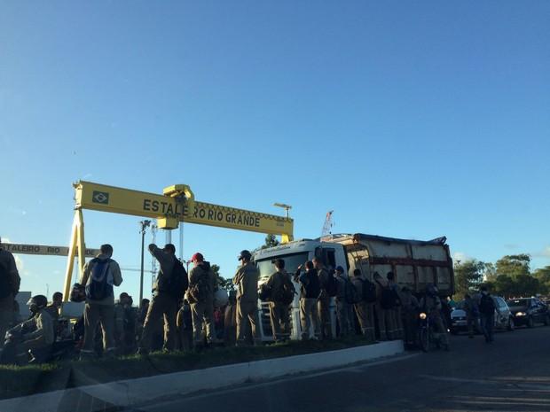 Trabalhadores do estaleiro de Rio Grande bloqueiam rodovia em protesto  (Foto: Yessica Lopes/RBS TV)