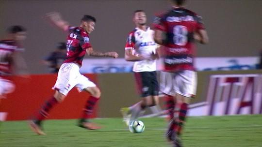 "No triunfo do Fla, Márcio Araújo se complica com a bola e faz ""garrancho"""