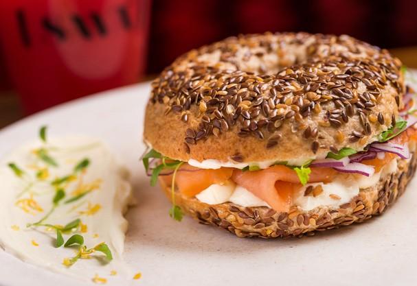 Sanduíche da categoria fast-food saudável é fácil de fazer e combina com qualquer refeição do dia