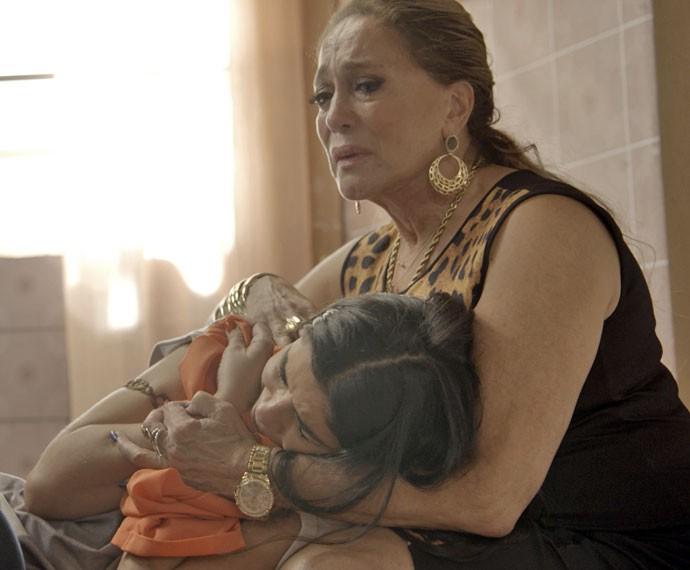 Adisabeba tenta consolar a morena (Foto: TV Globo)