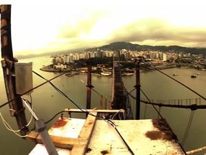 Paraquedista foi até o topo da ponte (Foto: Gustavo Areias/Divulgação)