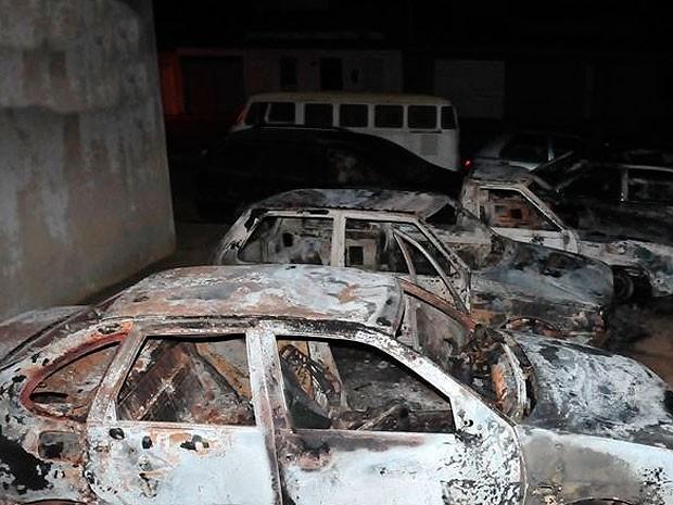 Carro incendiado na Bahia (Foto: Lay Amorim/Brumado Notícias)
