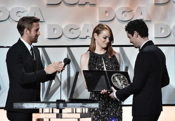 Ryan Gosling e Emma Stone entregar o prêmio do Sindicato dos Diretores a Damien Chazelle (Foto: Getty Images)