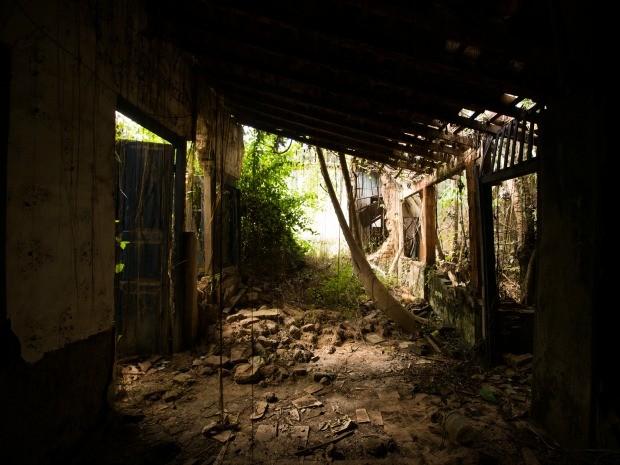 Imagem mostra abandono no interior de casa localizada no centro histórico de Cáceres (Foto: Rafael Coelho/Arquivo Pessoal)