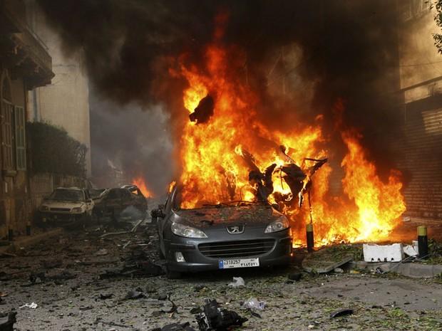 Um carro-bomba explodiu na região central de Beirute, no Líbano, durante a hora do rush. Há pelo menos dois mortos e vários feridos, segundo testemunhas. A origem do atentado, no distrito de Ashafriyeh, ainda não está clara. (Foto: Mahmoud Kheir/Reuters)