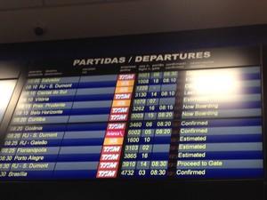 Painel mostra voo da TAM (último da lista) confirmado para as 8h30 (Foto: Olívia Florência/G1)