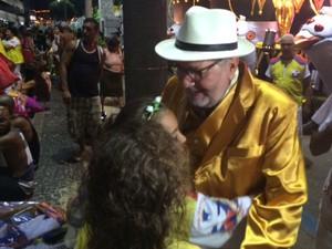 Cacá Diegues beija os netos na concentração da Inocentes de Belford Roxo (Foto: Cristina Boeckel/ G1)