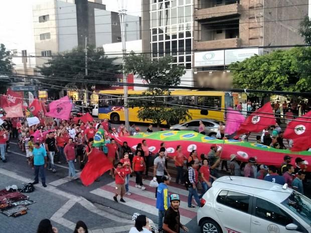 Manifestantes carregaram bandeirão do Brasil e do MST durante protesto em Caruaru (Foto: Joalline Nascimento/ G1)