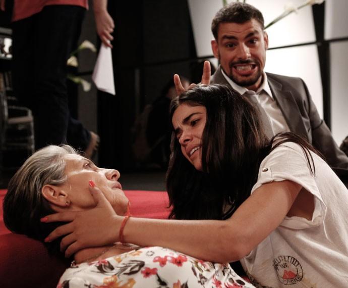 Cauã Reymond brinca com as companheiras de elenco (Foto: Ellen Soares/Gshow)