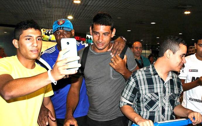 Diego Souza Sport desembarque (Foto: Aldo Carneiro / Pernambuco Press)