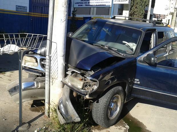 Veículo colidiu em poste em rua tranquila do bairro Chácara Selles, na manhã de domingo (2). (Foto: Vanguarda Repórter)