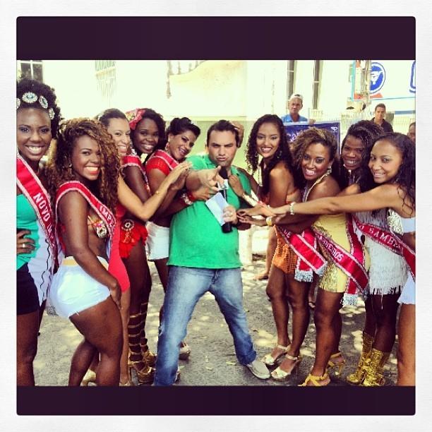 Cercado pelas candidatas do concurso Garota do Samba 2014 (Foto: Tv Gazeta)