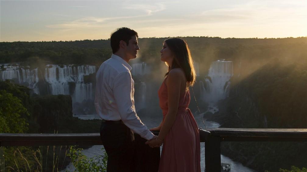 Os dois se olham encantados um com o outro (Foto: TV Globo)