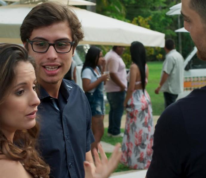 Nanda pede aumento a Samurai, mas Fil dá um jeito de tirar a namorada dali (Foto: TV Globo)