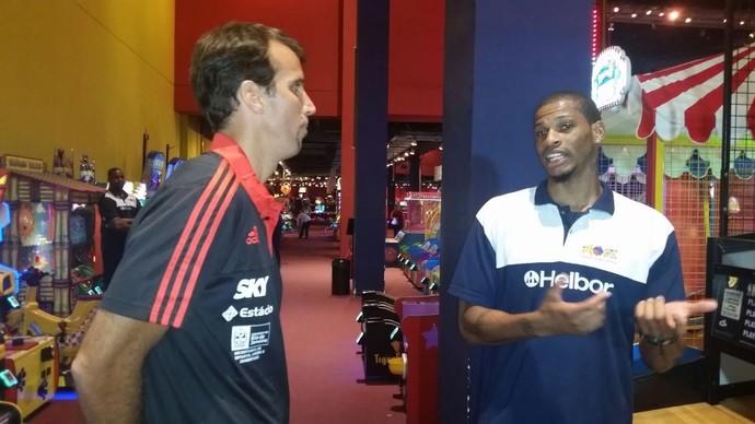 Marcelinho e Shamell se encontraram nesta segunda-feira no Rio para promoverem o Jogo das Estrelas (Foto: Marcello Pires)