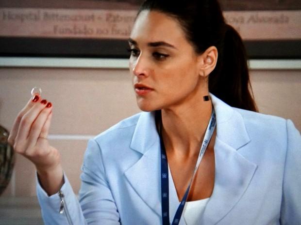 Sueli é flagrada com anel de Laura (Foto: TV Globo)