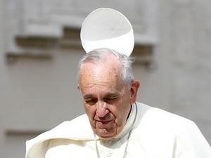 Vento tira a mitra da cabeça do Papa Francisco na chegada à audiência geral desta quarta-feira (24) na Praça de São Pedro, no Vaticano (Foto: Tony Gentile/Reuters)