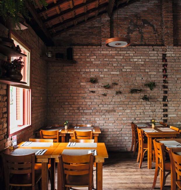 Salão do andar superior do Micaela: paredes descascadas e telhado sem forro conferem atmosfera de aconchego das casas do interior (Foto: Lufe Gomes)
