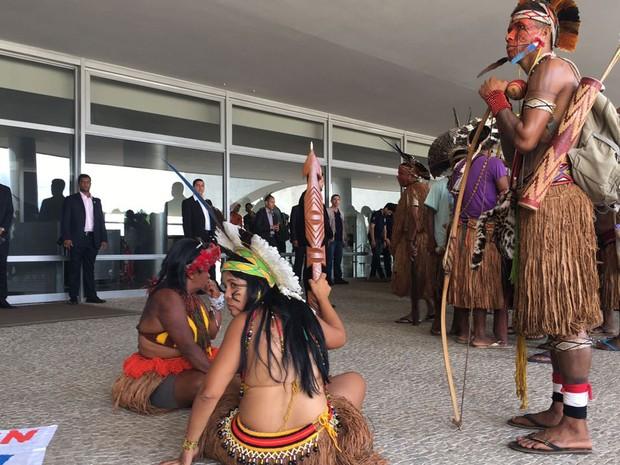 Índios durante protesto contra PEC do teto de gastos em Brasília nesta terça-feira (22) (Foto: Gabriel Luiz/G1)