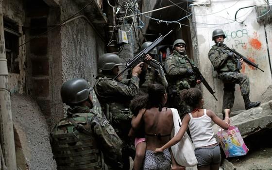 Soldados ocupam posição durante uma operação após violentos confrontos entre gangues de drogas na favela da Rocinha no Rio de Janeiro (Foto: Ricardo Moraes/Reuters)