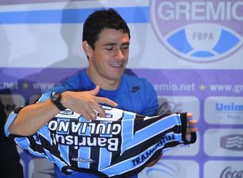 Giuliano veste a camisa do Grêmio na apresentação (Foto: Lucas Uebel/Grêmio)