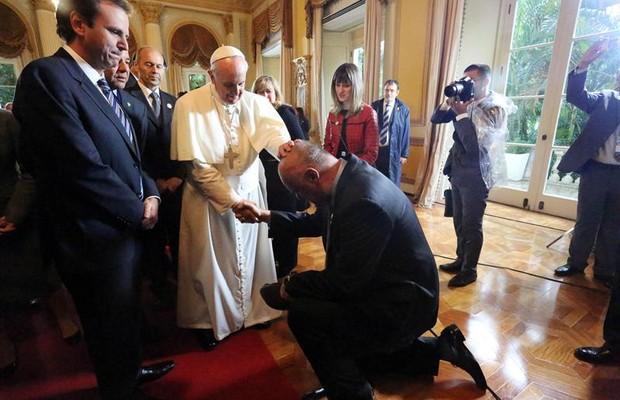 O ex-jogador de basquete Oscar Schmidt, que tem câncer no cérebro, se ajoelhou perante o pontífice, que o abençoou, durante cerimônia no Palácio da Cidade (Foto: EFE/ALCALDÍA DE RÍO DE JANEIRO)