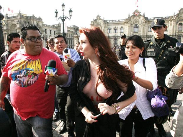Vanessa de Oliveira durante o protesto que realizou na última quinta-feira (19), em Lima, no Peru (Foto: Alessandro Currarino)