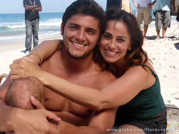 Dupla defende o amor entre Juliano e Natália (Foto: Flor do Caribe / TV Globo)