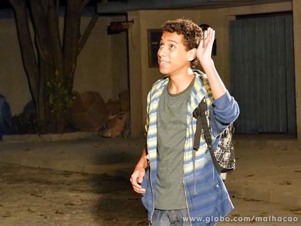 Paulino mostra as chaves da escola para Vitor para a alegria do amigo (Foto: Malhação/ TV Globo)