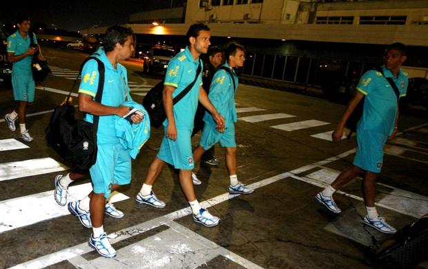 Fred no desembarque da Seleção na Argentina (Foto: Mowa Press)