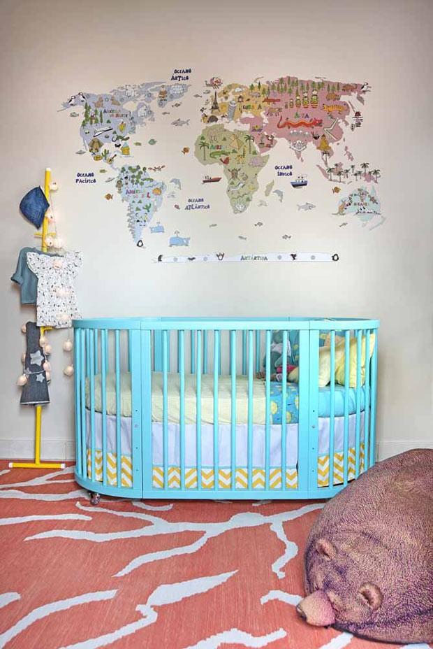 O papel de parede de mapa-múndi, à venda na Coisas de Doris, foi o ponto de partida do projeto. Berço oval da Slepper. Cabideiro amarelo da Ameise Design (Foto: Sidney Doll/Divulgação)