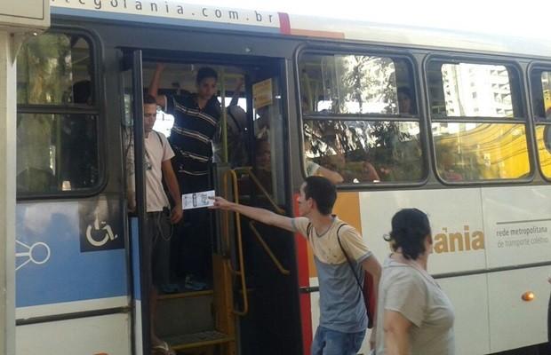 Estudantes também entregaram panfletos para passageiros de ônibus (Foto: Divulgação/Centro Acadêmico de Engenharia UFG)
