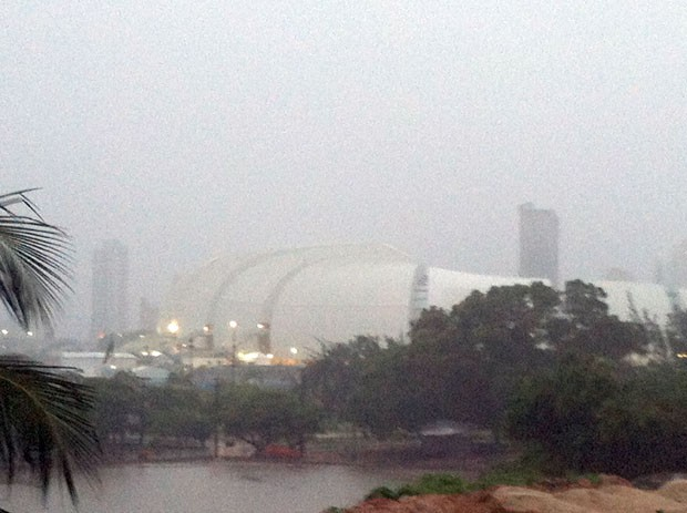 Arena das Dunas quase desaparece em meio ao tempo cinzento e carregado de chuva em Natal  (Foto: Anderson Barbosa/G1)